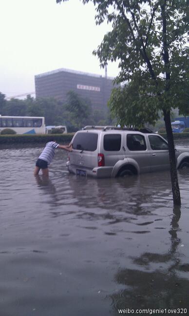 杭州德胜路九环路口的积水