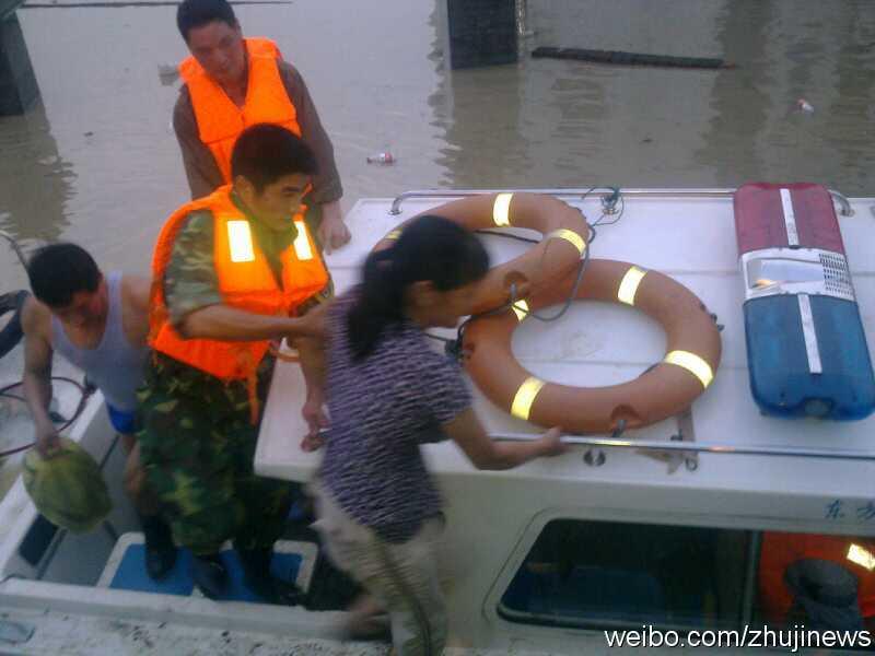 冲锋舟成功营救当地居民