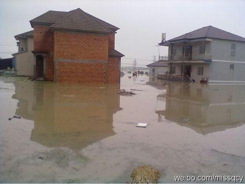 昔日的小高楼也在水中变成了矮房子