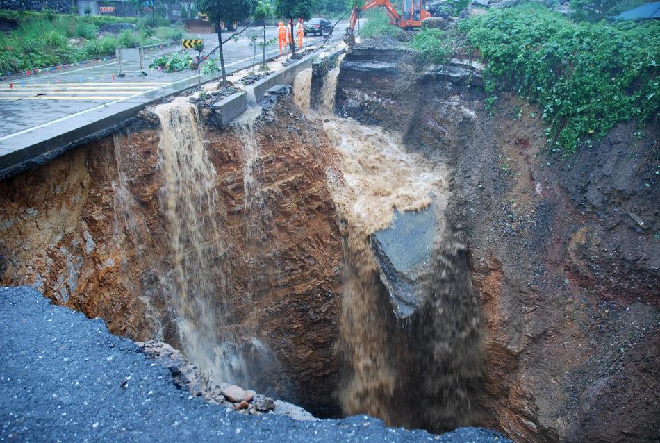 浙江221省道江山路段坍塌现大洞