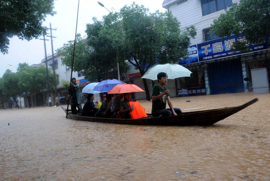 人们坐船从常山县城南一条街道上经过