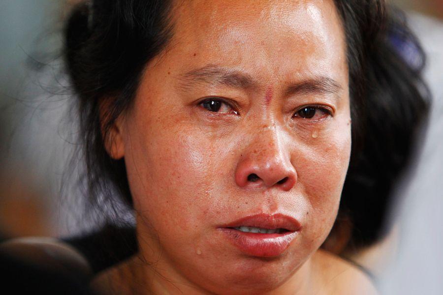 温州动车追尾遇难者家属认尸悲痛欲绝