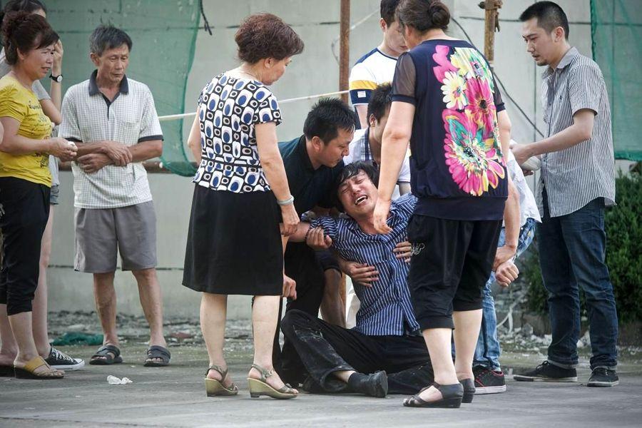 陈姓女孩的父亲辨认完尸体以后瘫倒在地