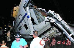 一节坠落桥底的车厢断裂。 新华社发