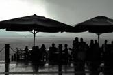 游客们在西湖边避雨