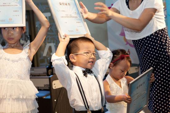 友举办了一场钢琴音乐会