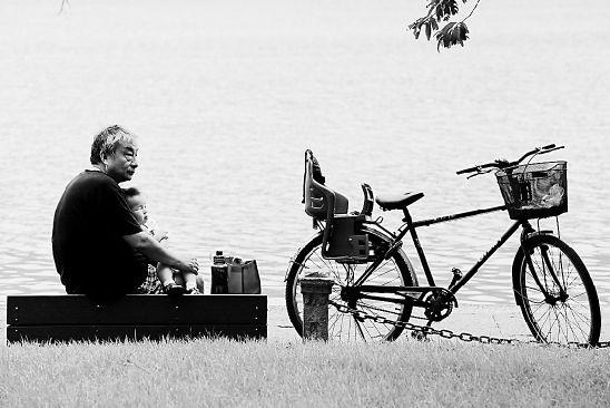 一位老人在西湖边休息。 通讯员 里尔 摄