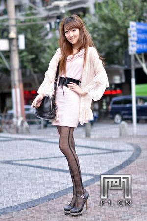 长腿美女/裸色成为新的潮流主旋律,连衣裙系腰带完美划分身材比例,外搭...
