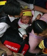 2006年1月,孩子们早已经被挤哭。