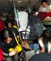 2007年,乘客挤在超载大巴的过道上