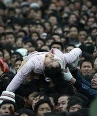 2008年,晕倒在候车人群中女孩被抬出