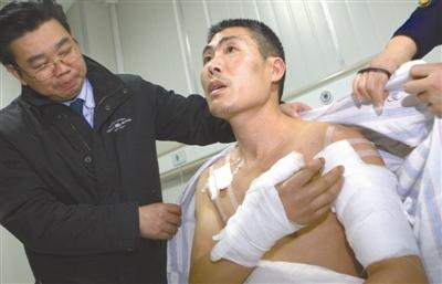 病房内的温州警官王镇虎陈侄辉摄。