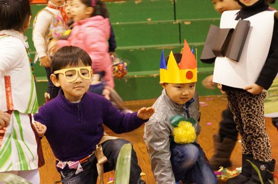 为了提高大家的环保意识,倡导低碳生活的理念,日前杭州市胜利幼儿园结合北落马营社区的文化节活动,进行了一场别开生面的绿色环保宣传活动。活动中孩子们用说唱表演,讲述了垃圾分类对改善环境的重要;用环保时装秀,展现了废物利用的魅力;用动感时尚的街舞,演绎了对低碳生活的向往;用全家总动员的游戏,宣传了垃圾分类的知识   宣传活动得到了小朋友、家长乃至社区的广大支持。通过这次活动,孩子们对于清洁低碳行动的认识更加深刻,参与宣传活动使得这些可爱的绿色天使们更加坚信只要人人都坚持,我们的环境会变得越来越好!让我