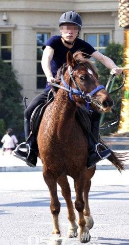 手绘古装男子骑马