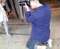 超级敬业的摄影师跪着拍摄哦