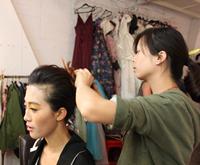 化妆师正在为模特化妆