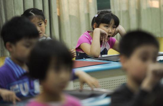 5月26日,下午4:20的绘画课上,张婧婷(后排右一)在听老师讲解,一天没休息的她略微有点疲倦。