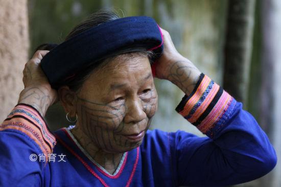 纹面的黎族老妇