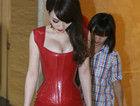 柳岩超紧红胶裙性感亮相