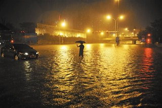 前晚,暴雨袭京,广渠门桥下积水一度达4米深,5辆车没顶。新京报记者 陈杰 摄