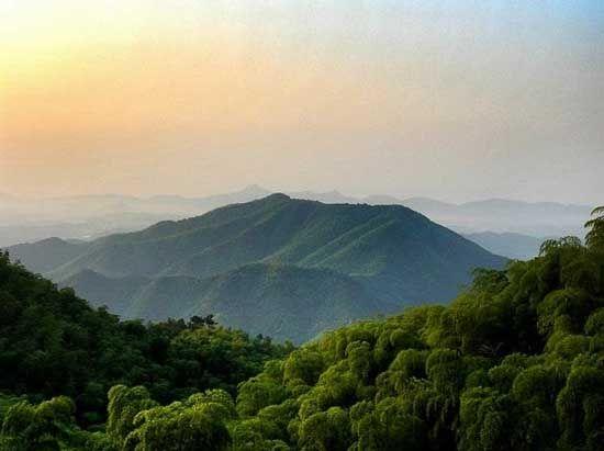 村子虽然在山上,但是村边有有江南瀑布第一漂之称的九咆界漂流,这个体验也是相当惊险刺激的。   余杭径山   径山是常年被称为余杭避暑纳凉的代表。到径山避暑,呷一口径山茶,听一听径山寺的禅道、茶道。径山的夏季气温要比城里低5~8。选择一家径山的农家乐,可以和孩子分享自己儿时的夏夜,数着天上的星星,看着萤火虫围绕在身边,是不是一件快乐、温馨的事情呢?