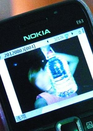 同事用手机拍下了谭小姐和她的这桶酒
