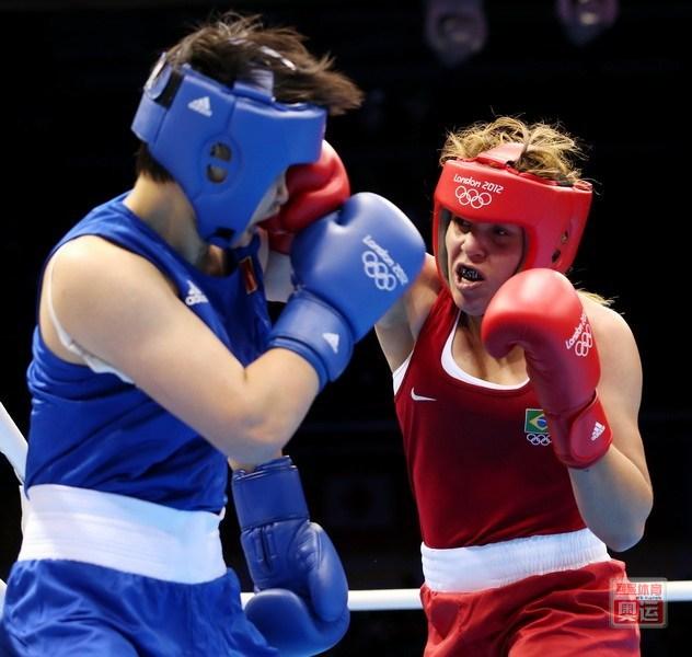中国女拳王胸罩扣被击开 坚持比赛获胜