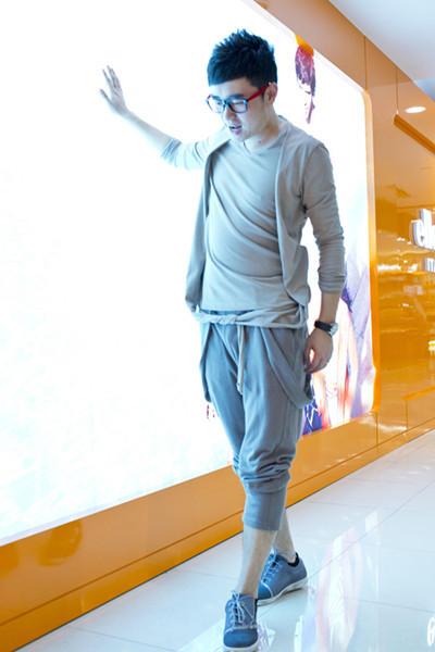 同色系的上色+跨裤 休闲风尽显