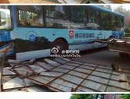 谷社公交车与农用小货车亲热