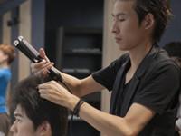 发型师造型中