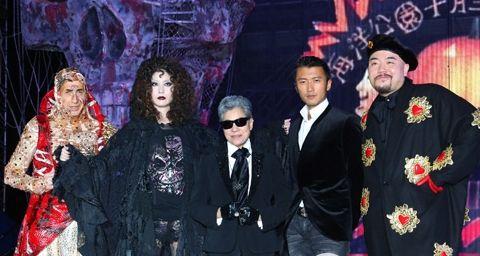 (左起)海洋公园主席盛智文博士、著名艺人陈慧琳女士、罗兰女士、谢霆锋先生以及黄伟文先生