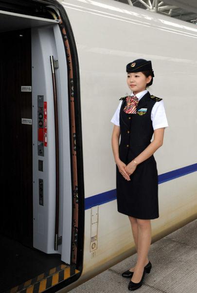 组图:高铁美女乘务员 美景不止在车外