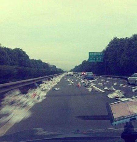 高速堵车大军路过,高速、服务区遍地垃圾。