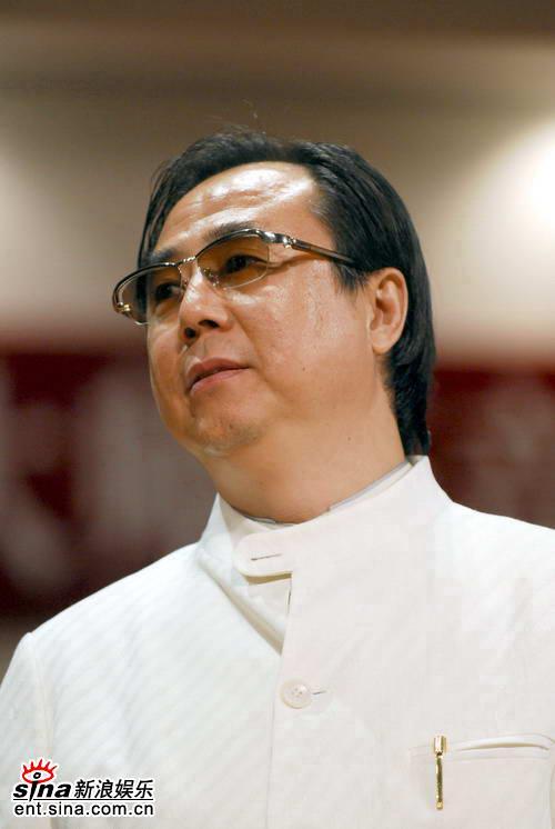 父亲郎国任,看小朗朗有弹钢琴的兴趣爱好,便辞职带着儿子到北京遍访名师,陪着儿子练琴。
