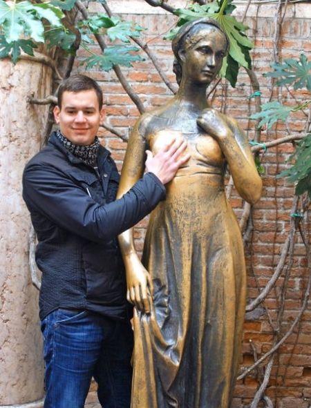 传说触摸塑像的右胸能带来美好的爱情