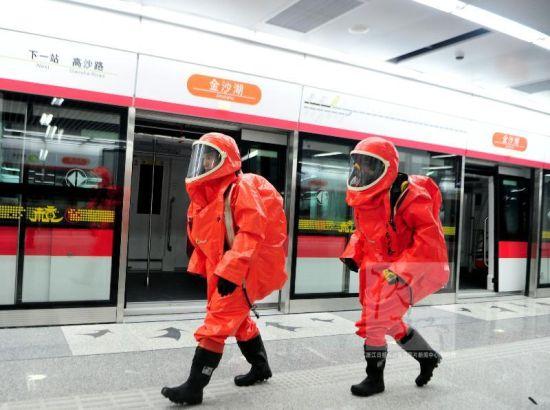 杭州应急办、消防、安保、急救等部门在现场进行疏散和急救。