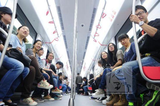 学生开心坐地铁。