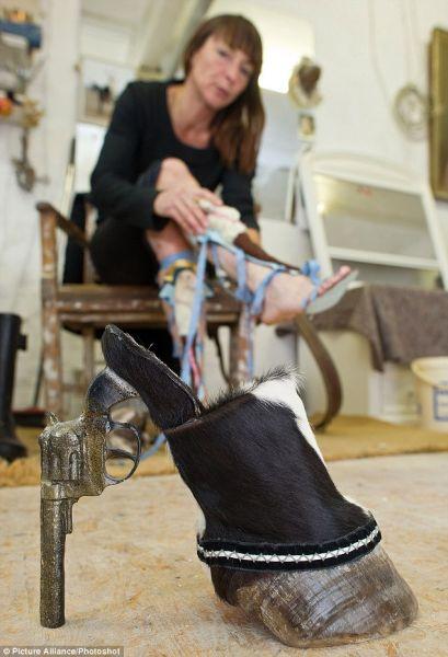 组图:疯狂女设计师用动物尸体制作高跟鞋