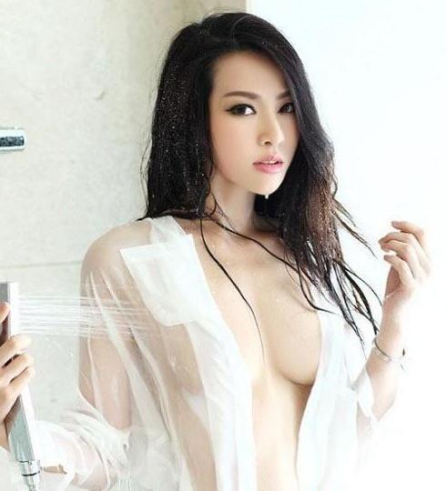 长发白衬衣美女