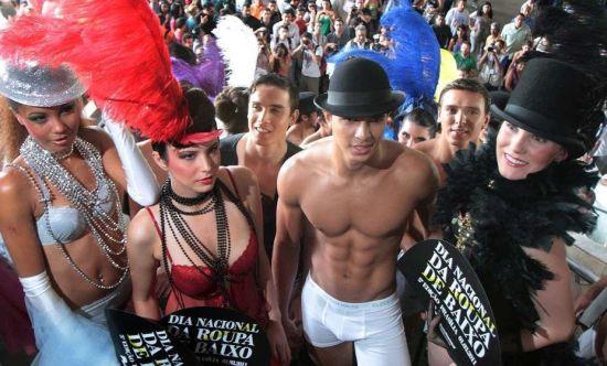 组图:巴西内衣节美艳性感内衣秀街头上演