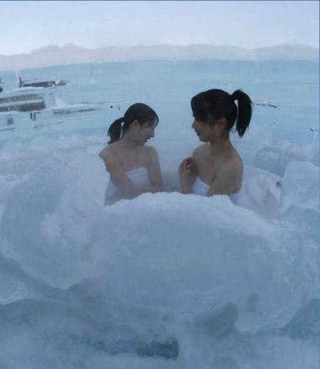 冰旅馆内,两名女孩正在冰天雪地中沐浴