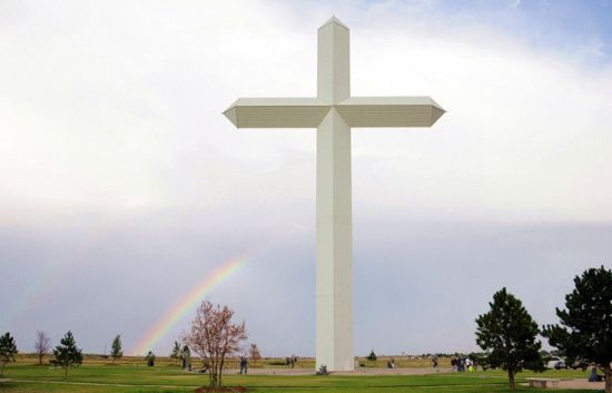 两条彩虹斜挂在十字架的上空
