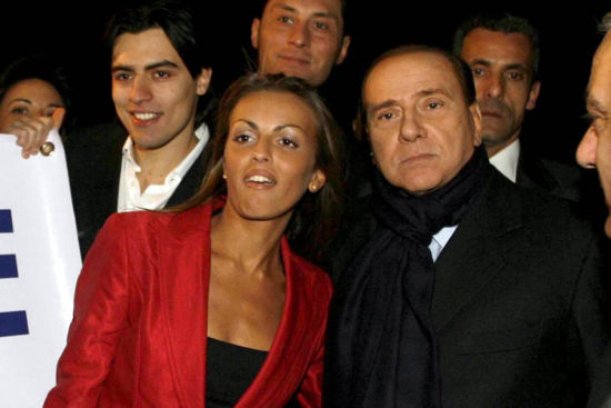 贝卢斯科尼宣布与27岁女友订婚 两人相差49岁