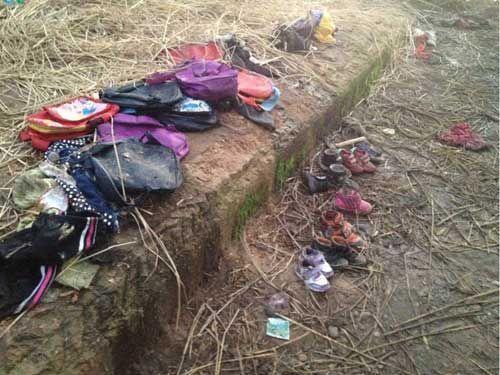 遇难幼儿的书包和鞋子