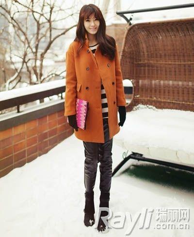 暖橘色呢子外套内搭黑白条纹针织衫搭配黑色皮裤