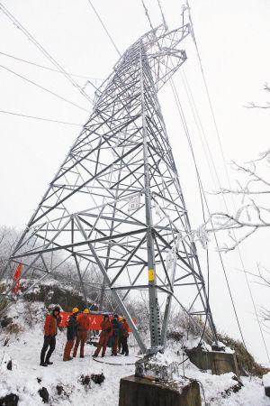 山上的铁塔和导线被裹了厚厚一层冰雪.通讯员 郑之超 摄
