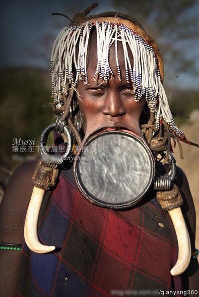 嘴里放盘子的穆西族女人