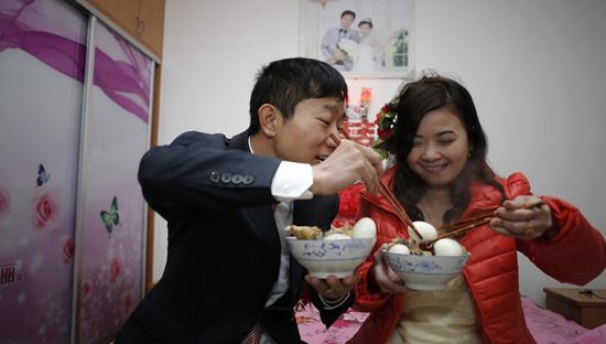新郎陈磊和新娘黎氏锦亨