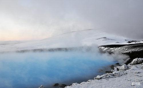 雾气如烟的露天温泉池