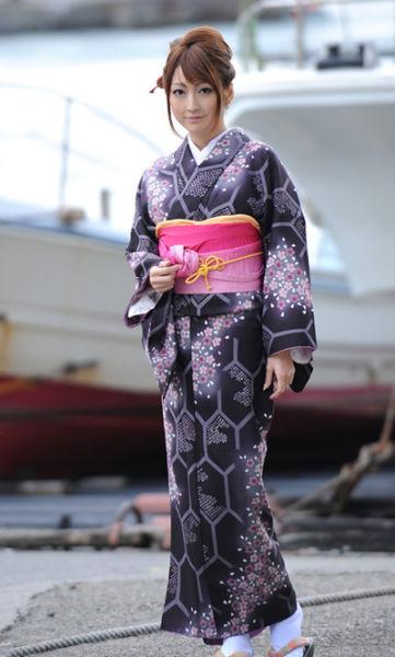 日本女性穿和服(点击更多高清美图)